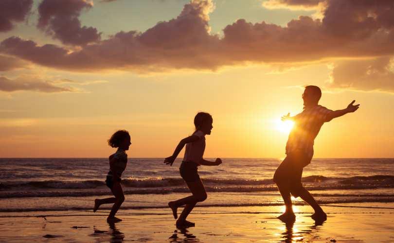 dad_kids_beach_810_500_55_s_c1